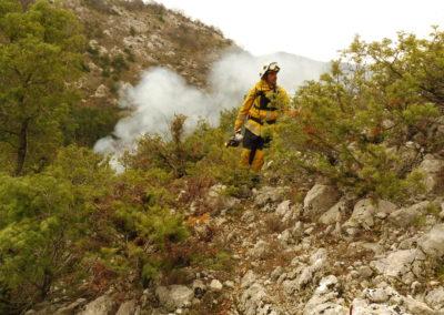 Les agents de FORCE 06 allument ensuite progressivement le feu, « à la recule » pour éviter qu'il ne se propage trop rapidement et en commençant par les limites extérieures du secteur à brûler, afin de créer des pare-feux